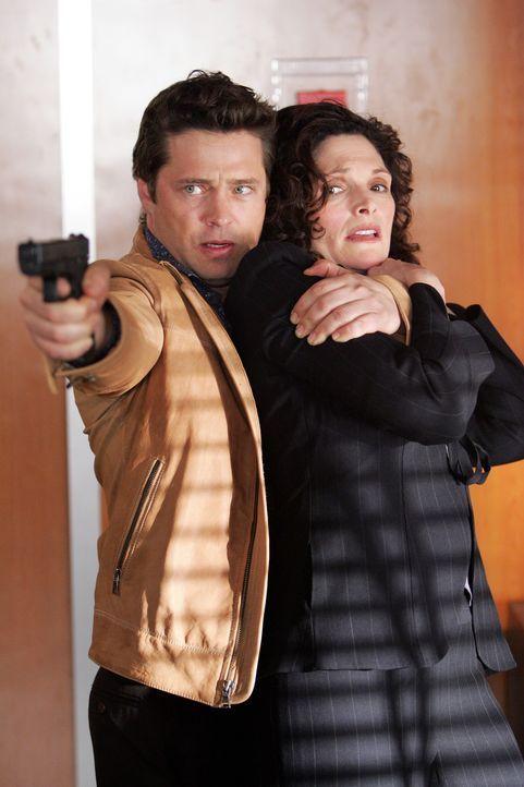 Davis (Jason Priestley, l.) dreht durch, schießt wie wild um sich und nimmt sich Jacks Freundin Anne (Mary Elizabeth Mastrantonio, r.) als Geisel ... - Bildquelle: Warner Bros. Entertainment Inc.
