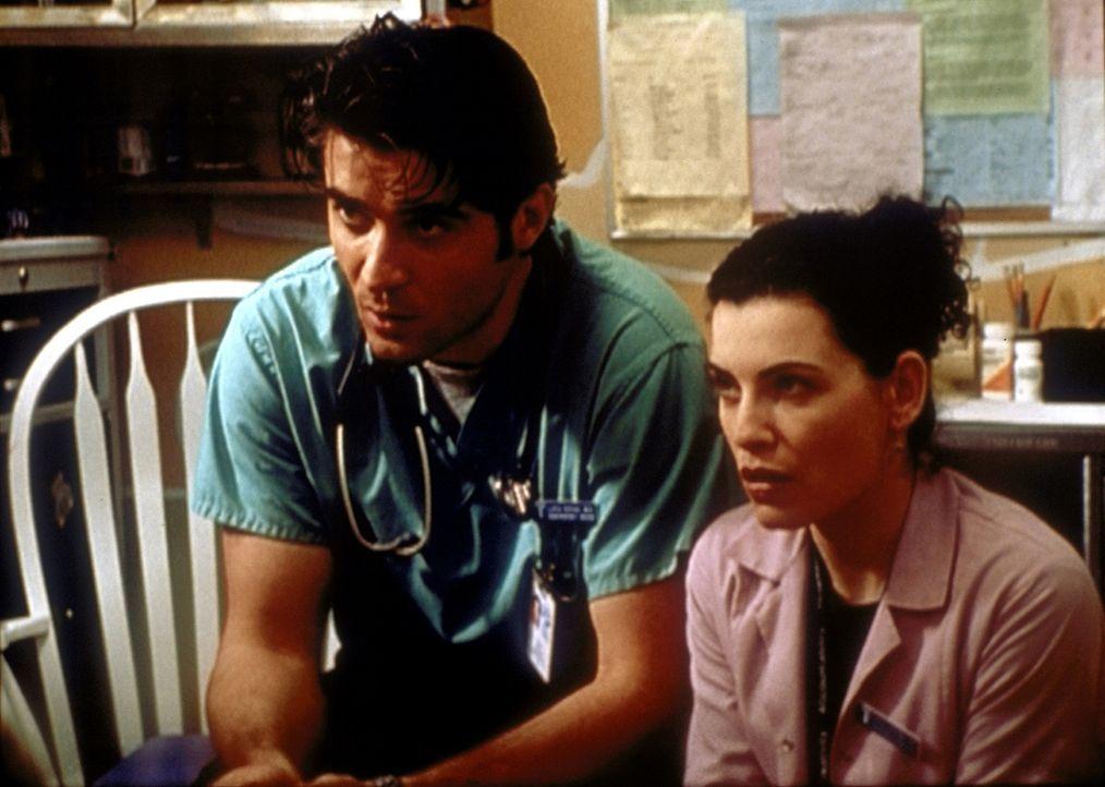 Hathaway (Julianna Margulies, r.) unterstützt Dr. Kovac (Goran Visnjic) bei der schweren Aufgabe, zwei kleinen Kindern den Tod ihrer Eltern zu erklä... - Bildquelle: TM+  2000 WARNER BROS.