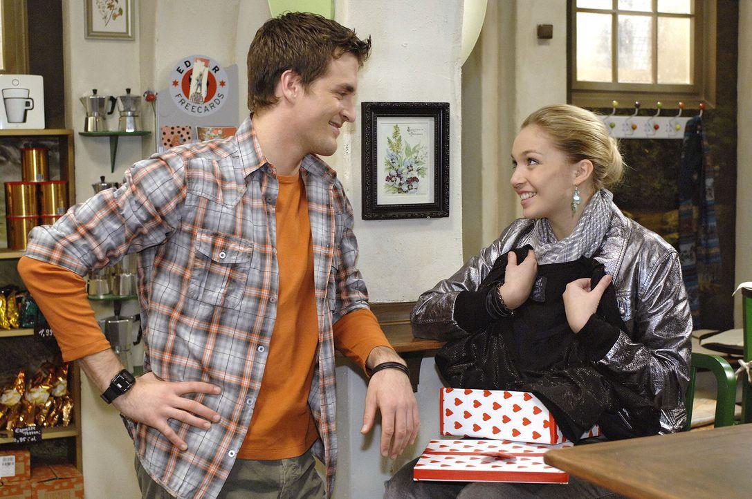 Lily (Jil Funke, r.) ist gerührt, als Lars (Alexander Klaws, l.) ihr mit einem Geschenk klar macht, dass er ihren Wunsch, Tänzerin zu werden von nun an unterstützt.
