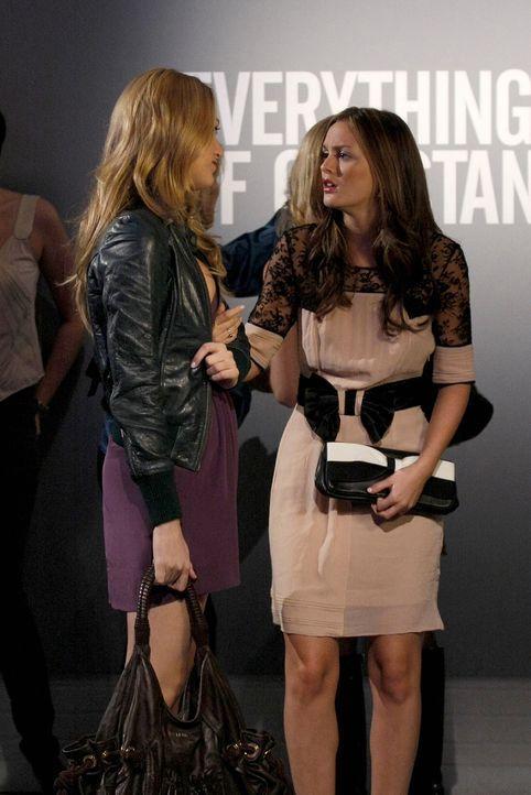 Während Serena (Blake Lively, l.) den Künstler Aaron kennenlernt, versucht Blair (Leighton Meester, r.) Chuck zu erobern ... - Bildquelle: Warner Brothers