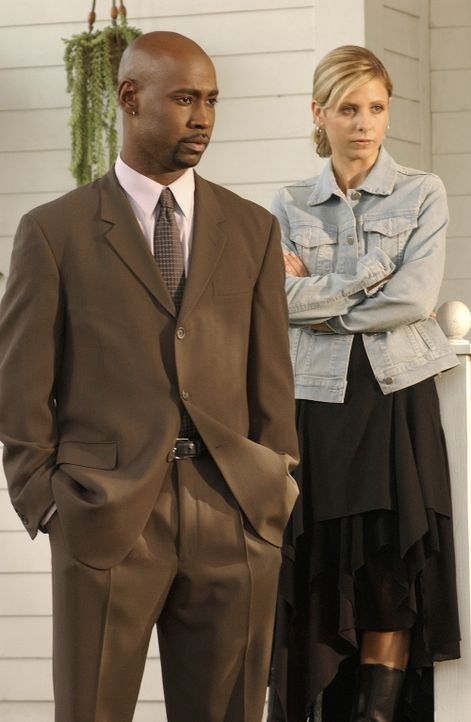 Als Direktor Robin Wood (David Byron Woodside, l.) Buffy (Sarah Michelle Gellar, r.) die Notfalltasche seiner Mutter überlässt, kann sie erkennen, d... - Bildquelle: TM +   Twentieth Century Fox Film Corporation. All Rights Reserved.