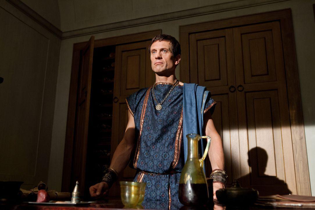Marcus Crassus (Simon Merrells) stellt eine imposante Armee zusammen und heißt einen überraschenden Besucher willkommen ... - Bildquelle: 2012 Starz Entertainment, LLC.  All Rights Reserved