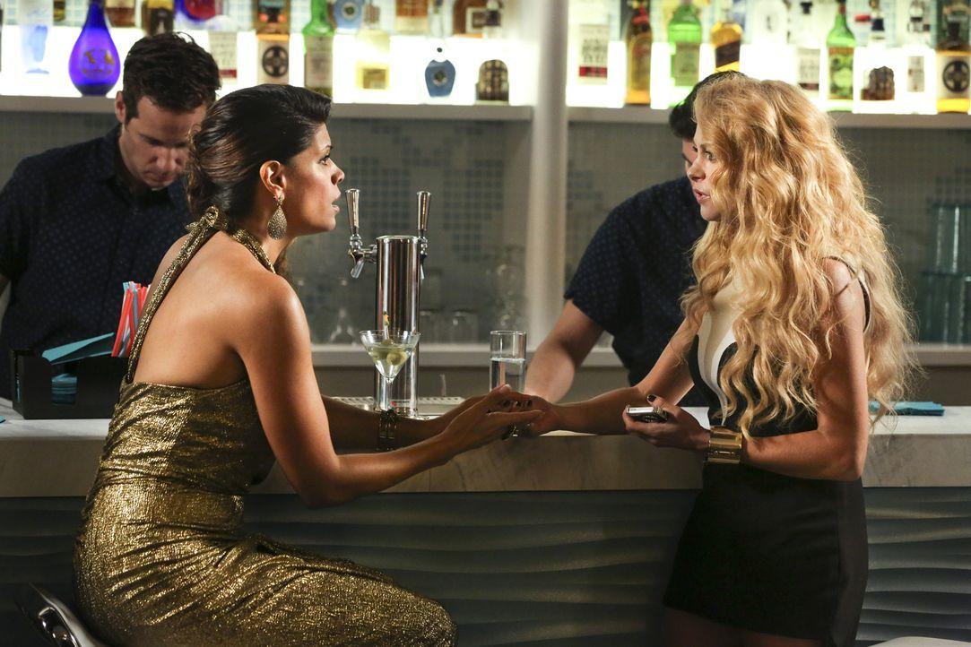 Während Michael einen entscheidenden Schritt weiter in seiner Untersuchung kommt, trifft Xo (Andrea Navedo, l.) auf ihr Idol Paulina Rubio (Paulina... - Bildquelle: 2014 The CW Network, LLC. All rights reserved.
