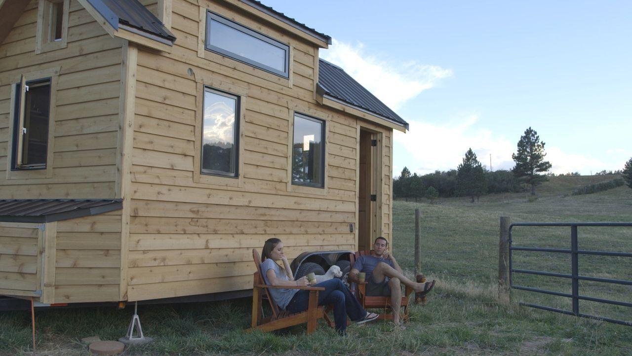 Derek (r.) und Mary (l.) arbeiten beide beim Militär und lieben Minihäuser. Ein Bauunternehmer soll ihnen ein stabiles Haus bauen, das aber mobil ge... - Bildquelle: 2014, HGTV/Scripps Networks, LLC. All Rights Reserved