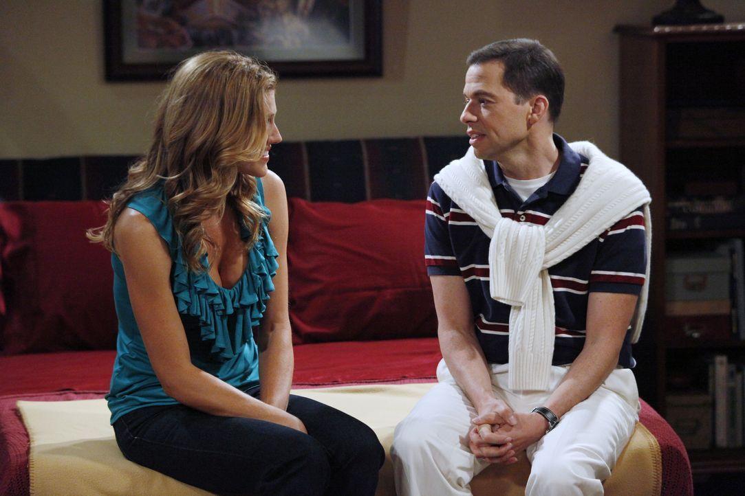 Alan (Jon Cryer, r.) versucht bei Gail (Tricia Helfer, l.) zu landen - doch wird er Erfolg haben? - Bildquelle: Warner Bros. Television