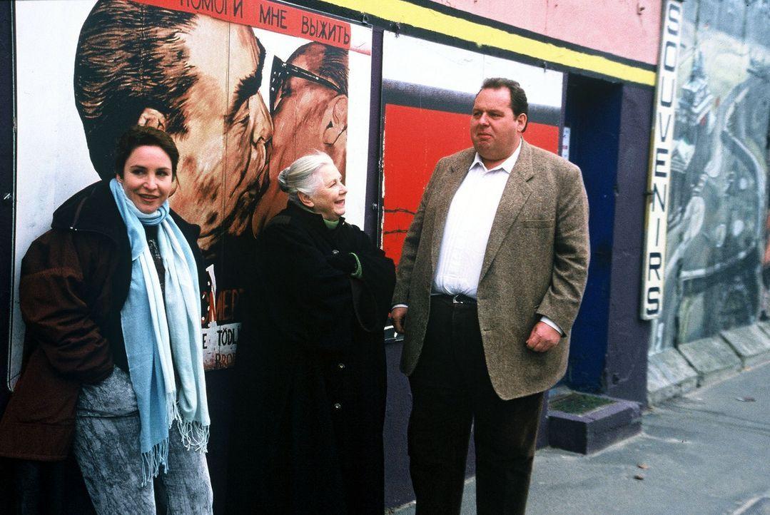 Sabrina (Katerina Jacob, l.), Resi (Ruth Drexel, M.) und Benno (Ottfried Fischer, r.) in Berlin. - Bildquelle: Herbert Began Sat.1