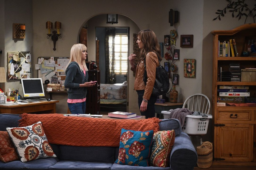 Inspiriert davon, dass Christy (Anna Faris, l.) und Violet sich wieder näherkommen, versucht Bonnie (Allison Janney, r.) Frieden mit ihrer unfreundl... - Bildquelle: 2015 Warner Bros. Entertainment, Inc.