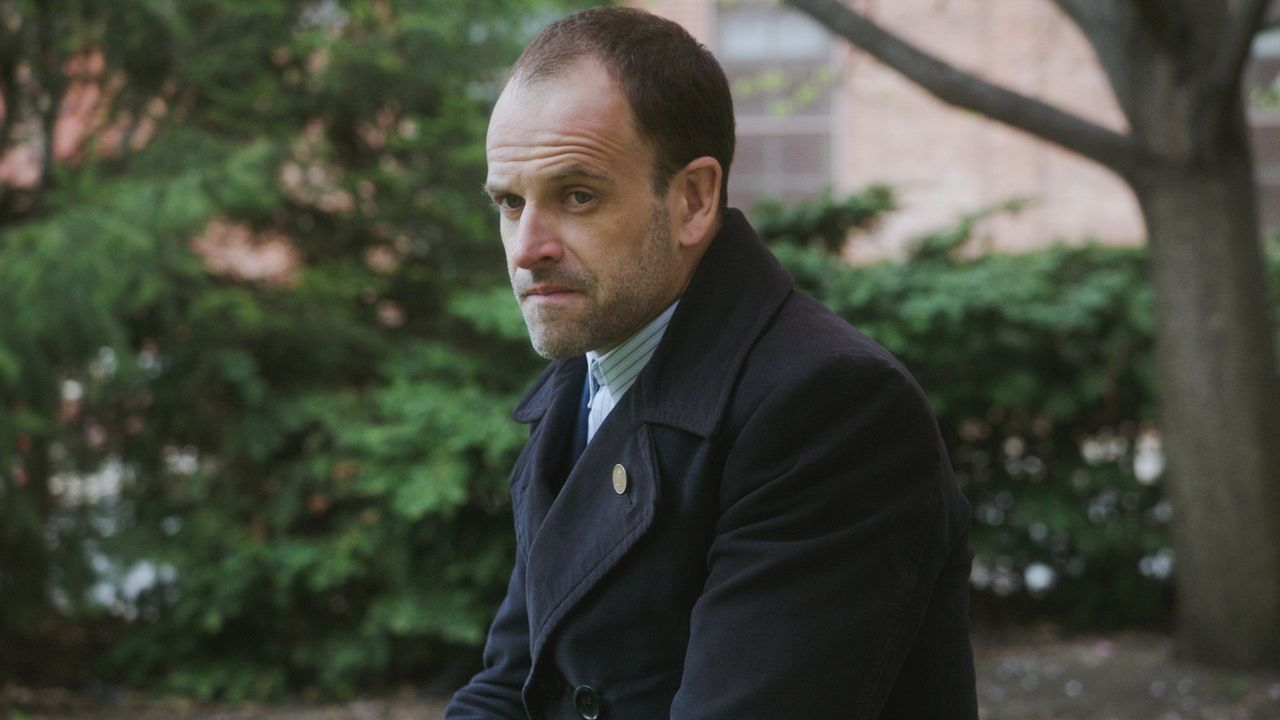 Holmes (Jonny Lee Miller, l.) hat mit seiner Vergangenheit zu kämpfen, als eine mysteriöse Frau auftaucht ... - Bildquelle: 2017 CBS Broadcasting, Inc. All Rights Reserved.