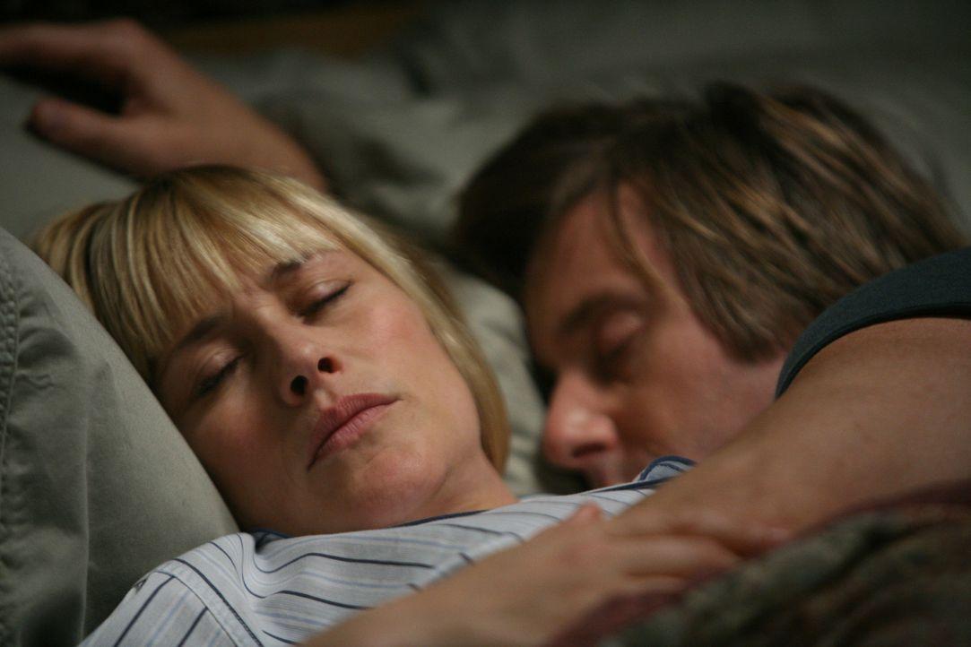 Während Joe (Jake Weber, r.) ruhig schläft, hat Allison (Patricia Arquette, l.) mit schweren Alpträumen zu kämpfen ... - Bildquelle: Paramount Network Television