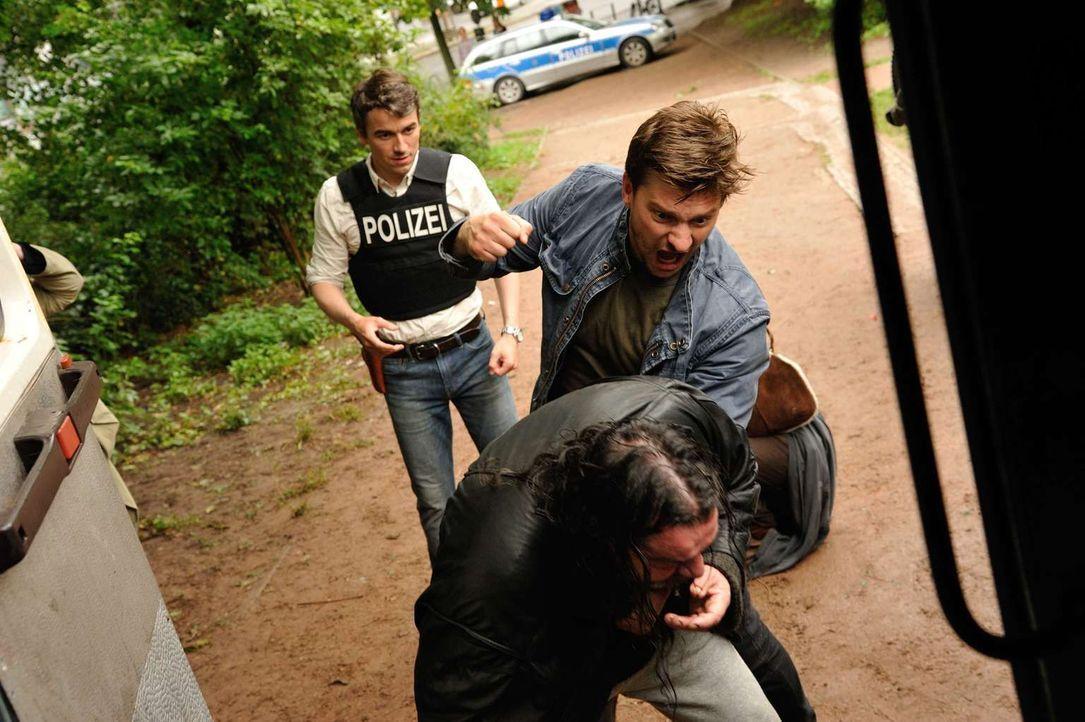 Fritz (Matthi Faust, r.) und Alexander (Alexander Khuon, l.) können es nicht glauben, ihre Ermittlungen im Görlitzer Park werden von Norbert (Andrea... - Bildquelle: Hardy Spitz SAT.1