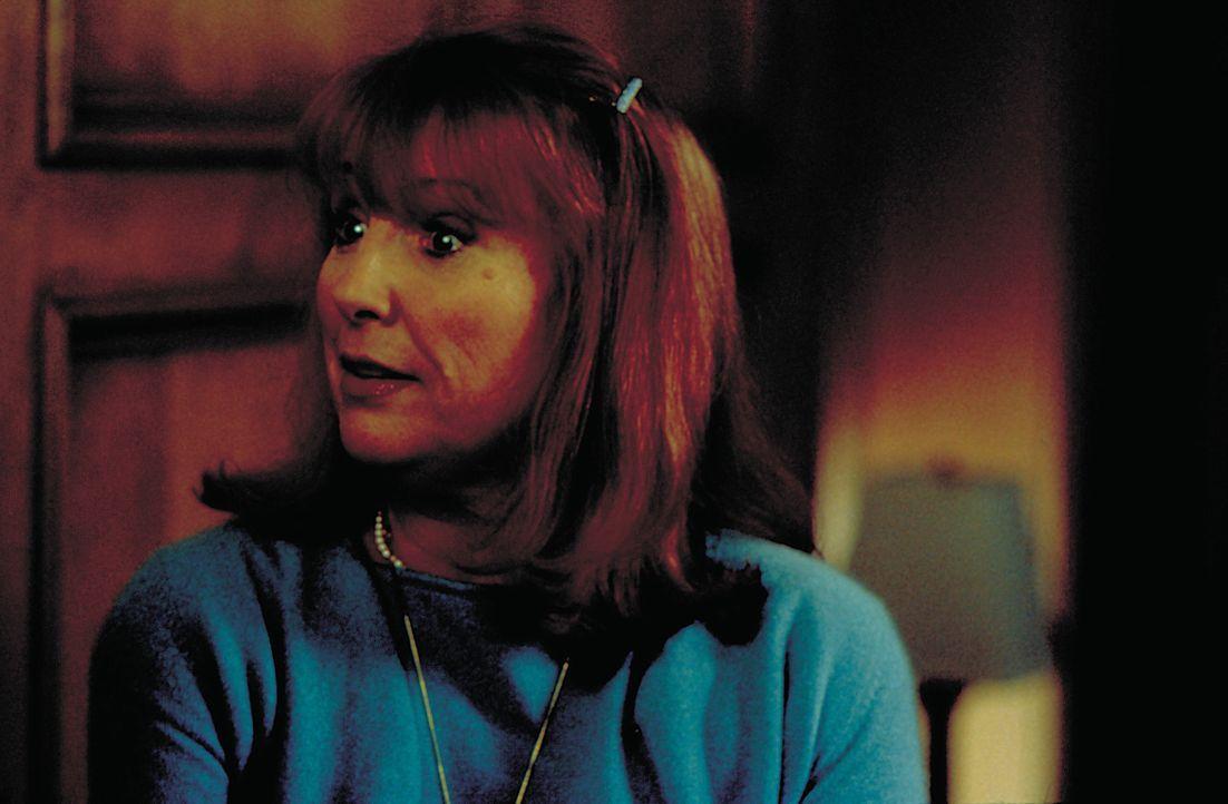 Eines Tages macht Madame Hugonaut (Teri Garr) eine verhängnisvolle Prophezeiung, die schon bald ein erstes Todesopfer nach sich zieht .. - Bildquelle: 2004 Sony Pictures Television International. All Rights Reserved.