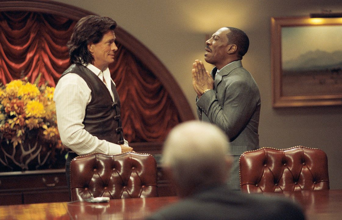 Als Evans (Eddie Murphy, r.) Prognosen im Job nicht den gewünschten Erfolg bringen und sein größter Konkurrent, der Möchtegern-Indianer Johnny W... - Bildquelle: 2009 BY PARAMOUNT PICTURES. ALL RIGHTS RESERVED