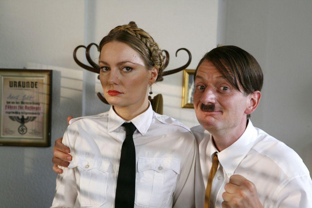 """""""Mein bestes Pferd im Stall"""", sagt Hitler (Michael Kessler, r.) über Tanja (Martina Hill, l.) - Bildquelle: ProSieben"""