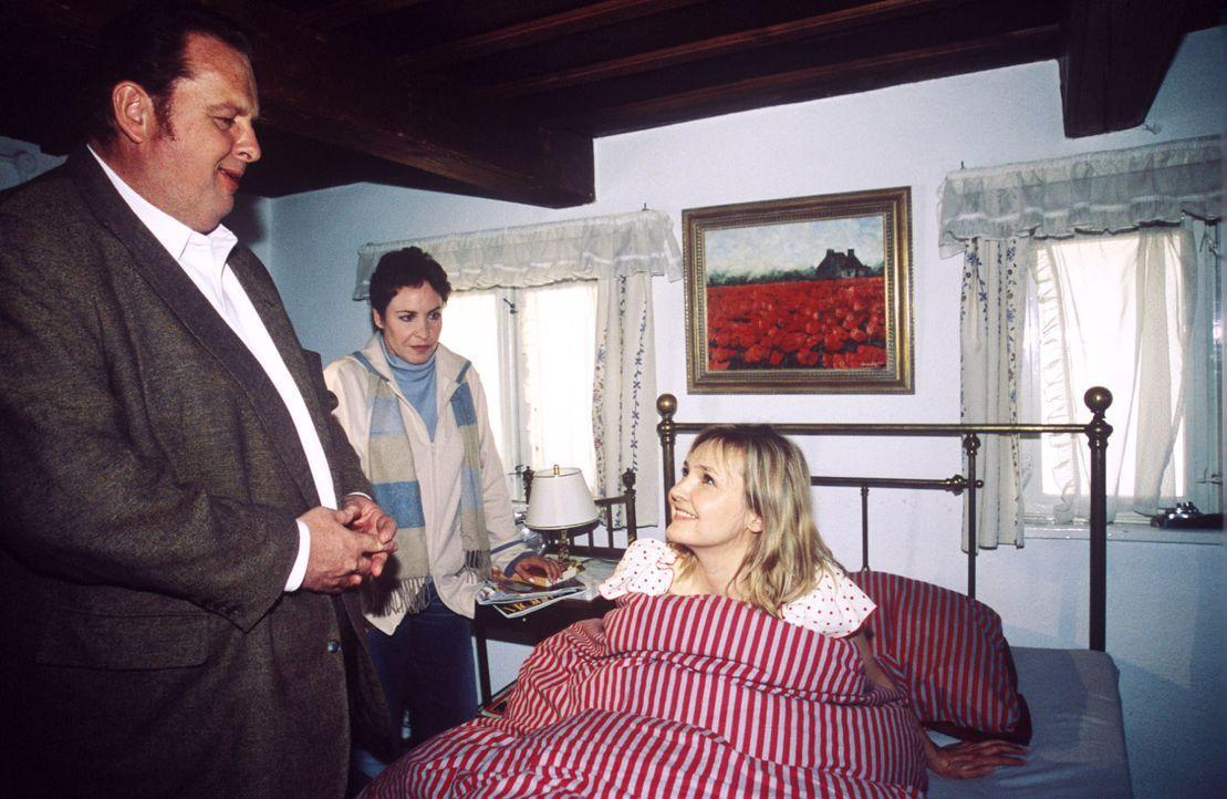 Benno (Ottfried Fischer, l.) und Sabrina (Katerina Jacob, M.) finden Alicia (Katharina Schubert, r.) in Bennos Bett. - Bildquelle: Magdalena Mate Sat.1