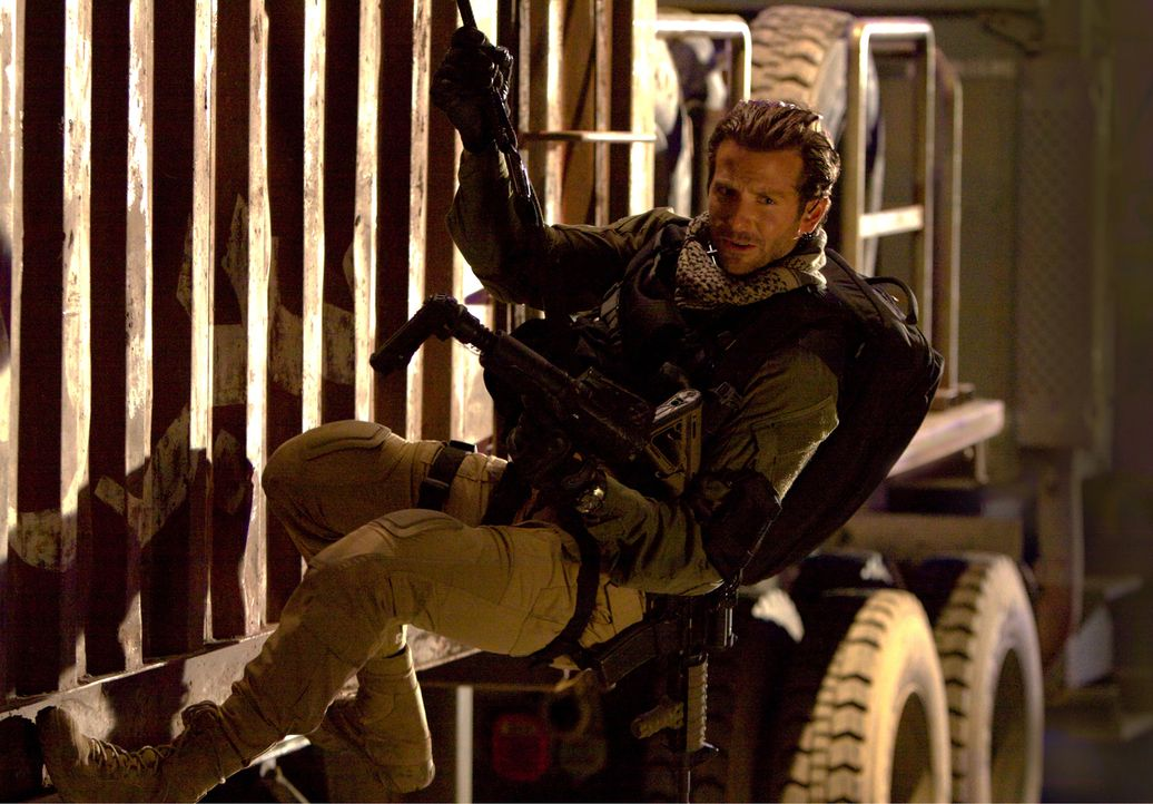 Schwere Waffen, ein spektakuläres Manöver und jede Menge Action: Face (Bradley Cooper) ist genau in seinem Element ... - Bildquelle: TM and   2010 Twentieth Century Fox Film Corporation. All rights reserved. Not for sale or duplication.