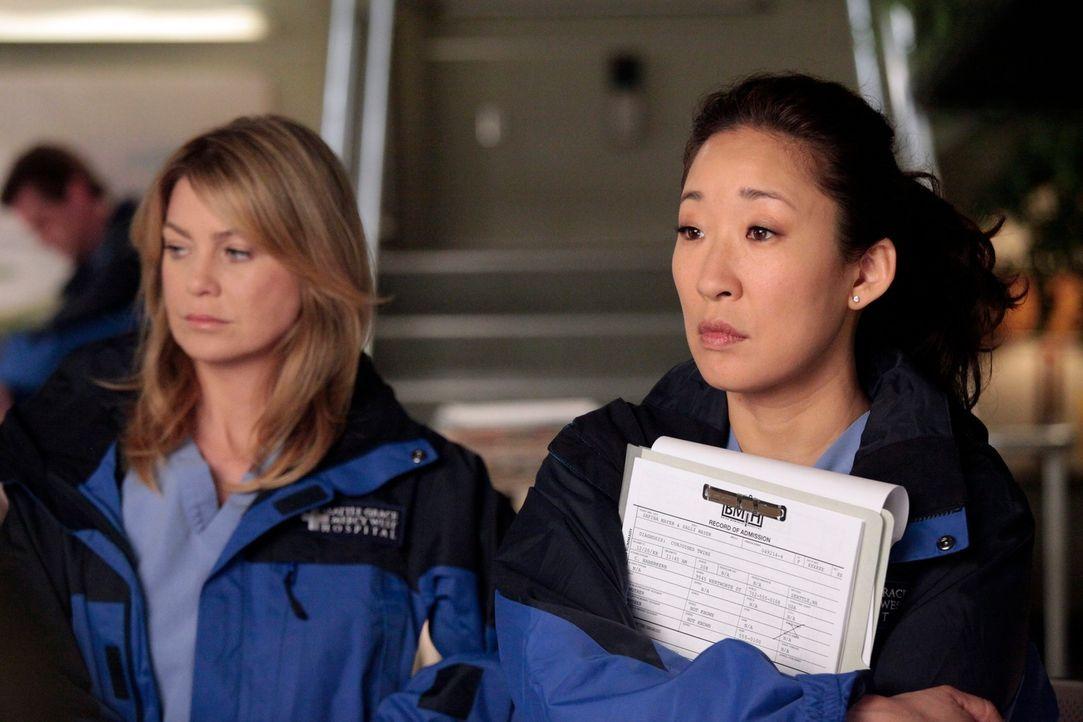 Machen sich bereit für den Flug nach Boise um bei einer Operation zu assistieren: Meredith (Ellen Pompeo, l.) und Cristina (Sandra Oh, r.) ... - Bildquelle: Touchstone Television