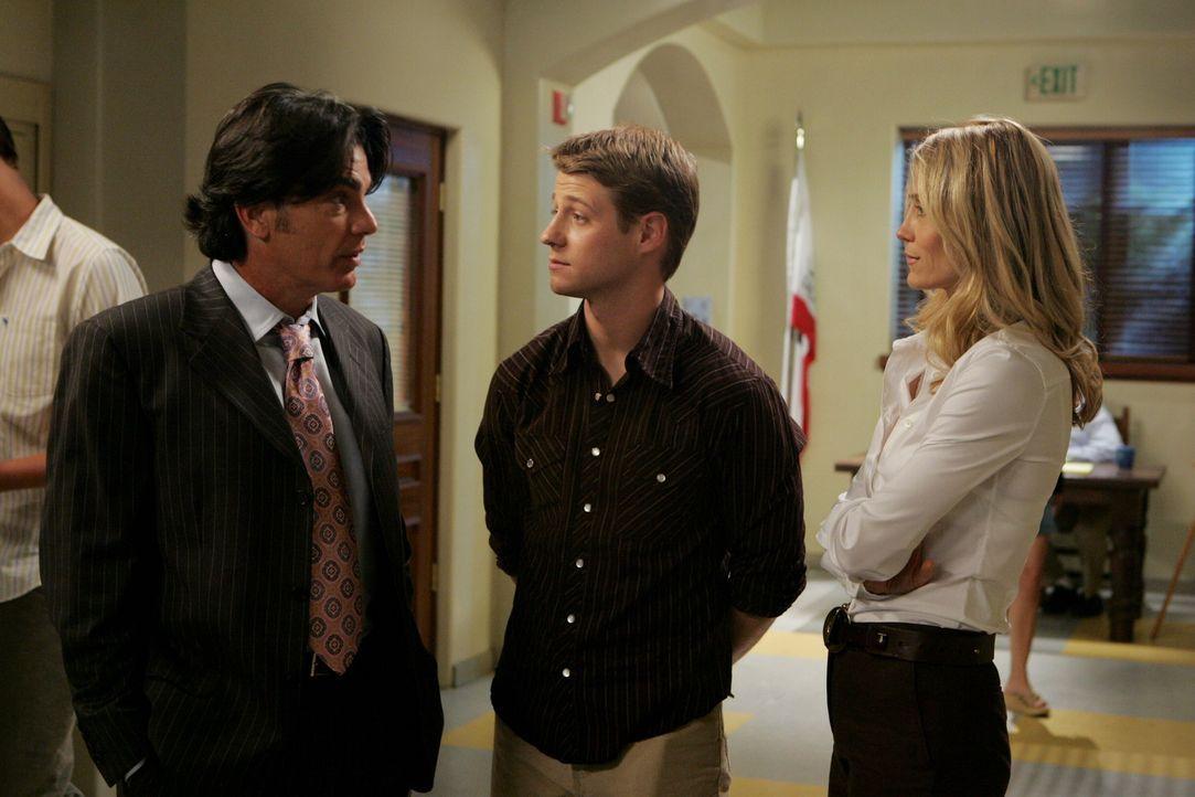 Kirsten (Kelly Rowan, r.) und Sandy (Peter Gallagher, l.) sind entsetzt, als sie Ryans (Benjamin McKenzie, M.) Zukunftspläne hören ... - Bildquelle: Warner Bros. Television
