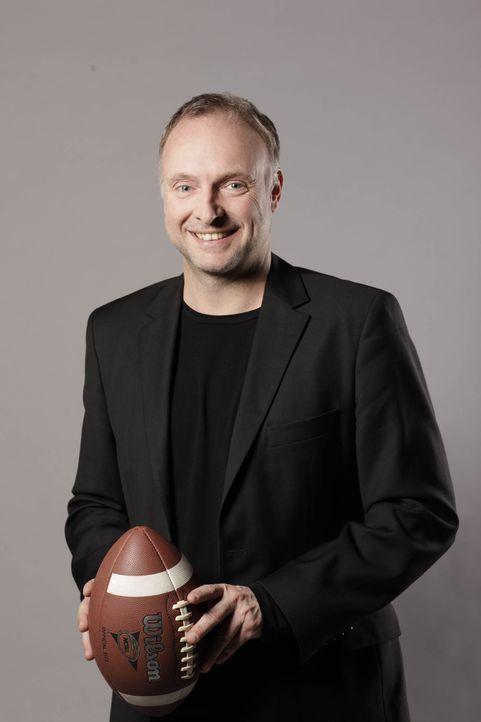 Kommentator Frank Buschmann nimmt sich dem Spiel der Atlanta Falcons gegen die Dallas Cowboys an ... - Bildquelle: Stefan Hobmaier ProSiebenMAXX, SAT.1