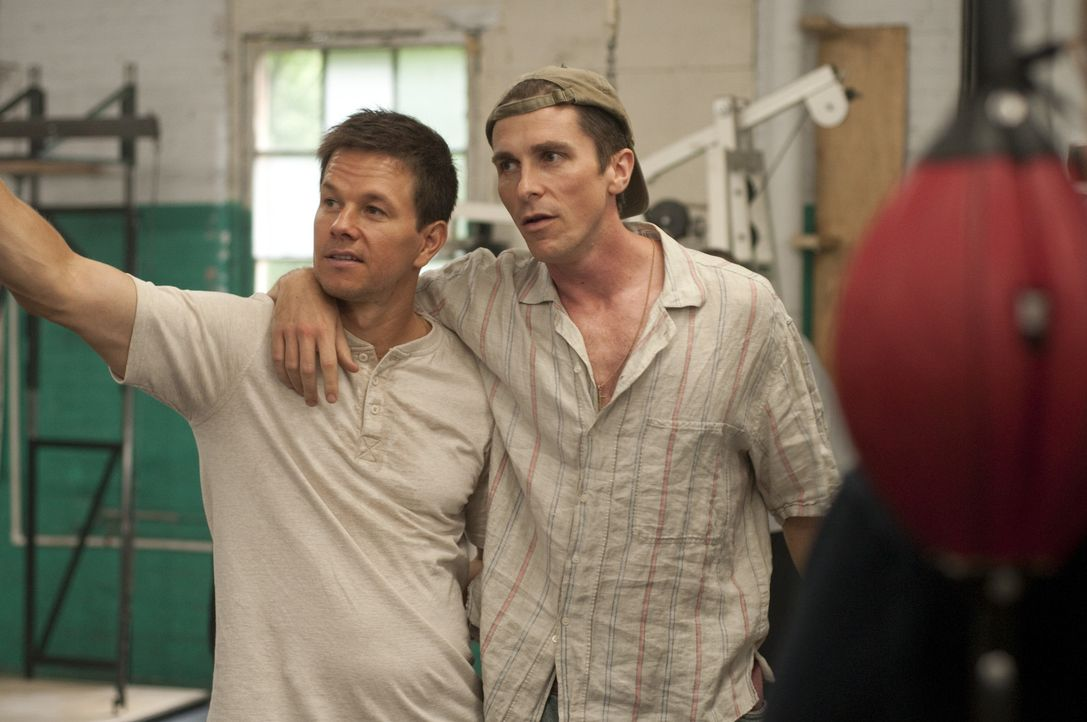 Zwei Brüder, zwei Boxer: Micky Ward (Mark Wahlberg, l.) und Dicky Eklund (Christian Bale, r.). Dicky, der ältere der beiden, hat seine besten Zeiten... - Bildquelle: 2010 Fighter, LLC All Rights Reserved