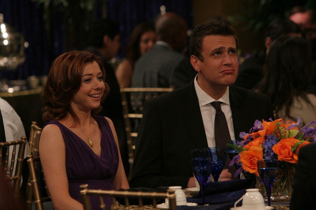 Auch Lily (Alyson Hannigan, l.) und Marshall (Jason Segel, r.) lassen sich die Feier nicht entgehen, bei der Robin eine Auszeichnung für ihre journ... - Bildquelle: 20th Century Fox International Television