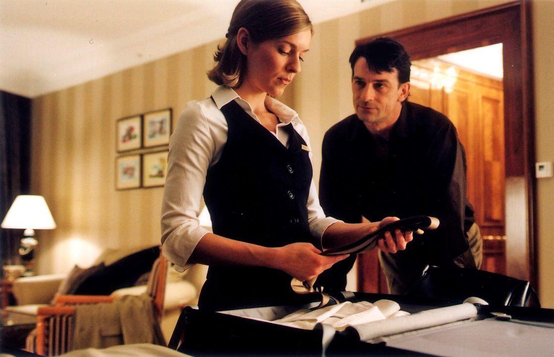 Sophie (Lisa Martinek, l.) weiß nicht mehr, ob sie sich auf ihre Gefühle für den Hotel-Tycoon Alain Tavernier (Thomas Sarbacher, r.) verlassen kann.... - Bildquelle: Conny Klein Sat.1