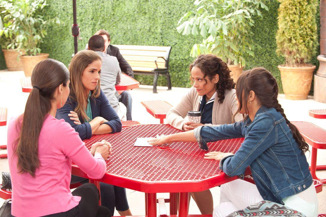 Rosie (Dania Ramirez, r.), Carmen (Roselyn Sanchez, l.) und Zoila (Judy Reyes, 2.v.r.) wissen Bescheid, dass Marisol (Ana Ortiz, 2.v.l.) von den Pow... - Bildquelle: ABC Studios