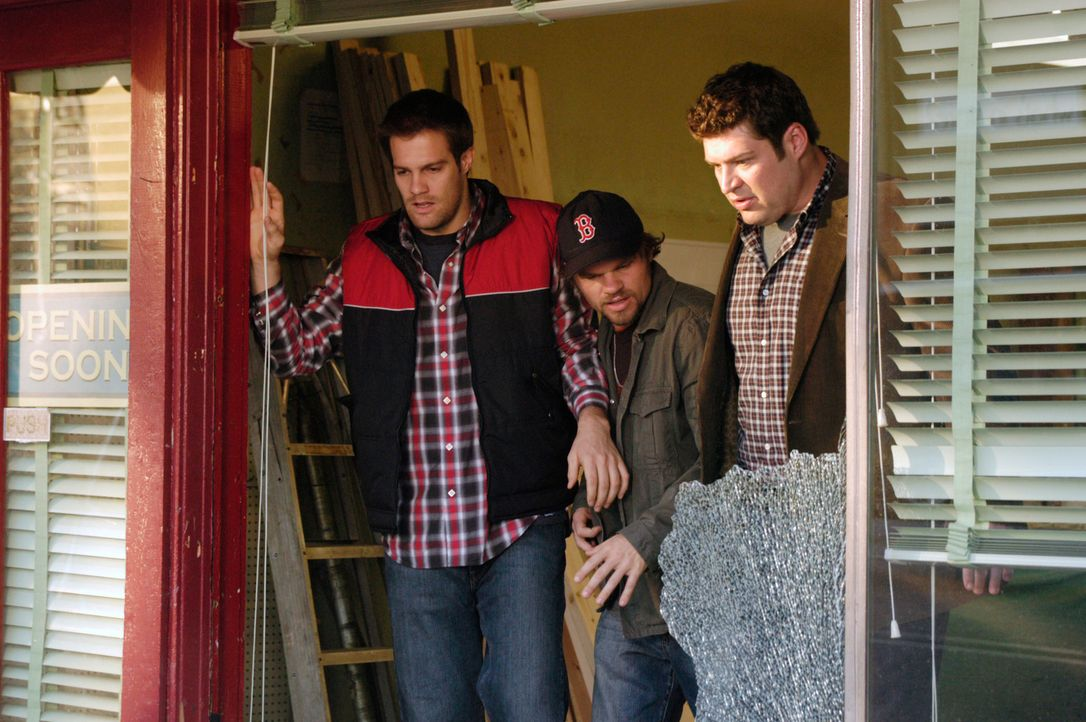 Die Situation eskaliert und Eddie (Geoff Stults, l.) wirft Nick einfach aus dem Fenster. Owen (Brad William Henke, r.) und Ikey (Evan Jones, M.) sin... - Bildquelle: 2007 American Broadcasting Companies, Inc. All rights reserved.