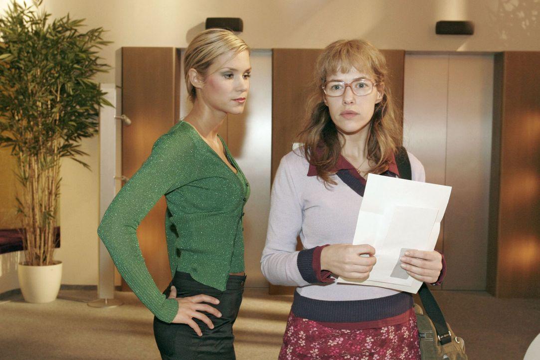 Lisas (Alexandra Neldel, r.) gute Laune ist dahin, als sie von Sabrina (Nina-Friederike Gnädig, l.) auf ihr Gehalt angesprochen wird. Sie erfährt,... - Bildquelle: Sat.1