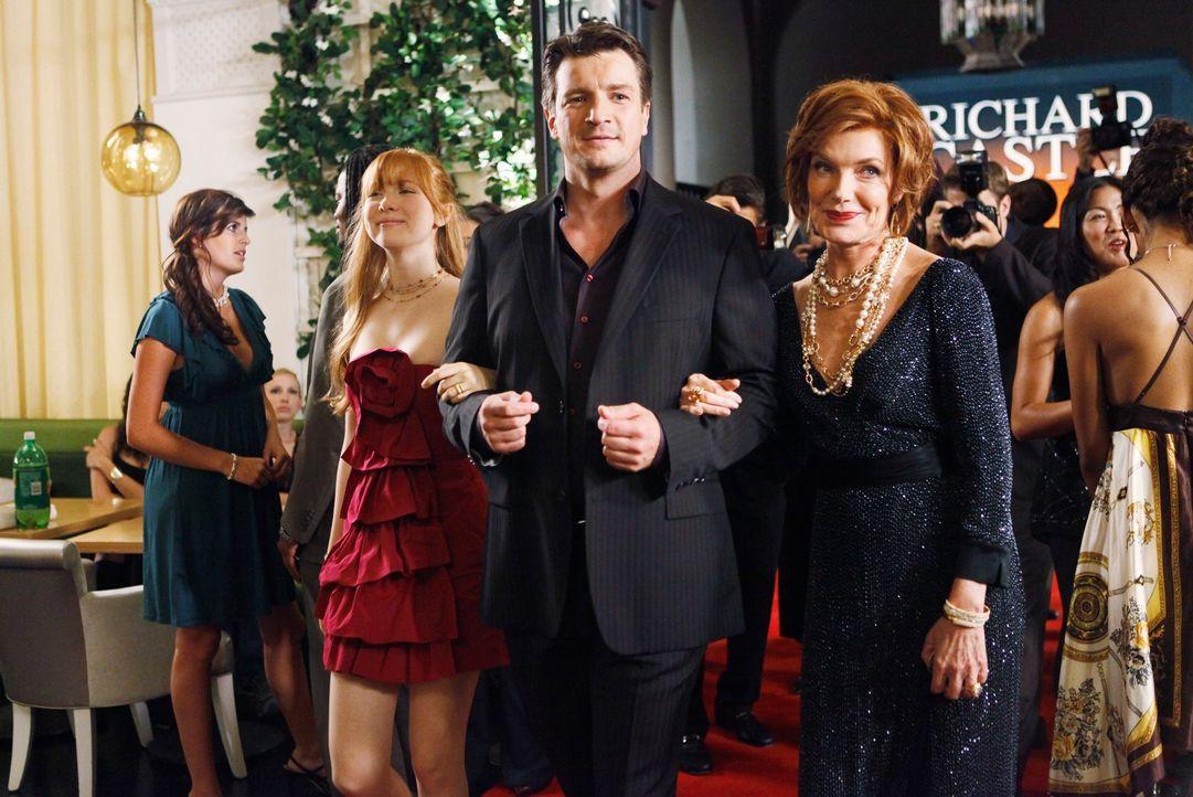 Martha (Susan Sullivan, r.) und Alexis (Molly C. Quinn, 2.v.l.) sind stolz auf Richard (Nathan Fillion, M.) dessen neues Buchvorstellung ein voller... - Bildquelle: ABC Studios