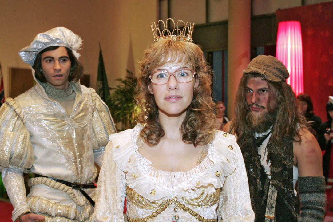 """""""Tippelbruder"""" Rokko (Manuel Cortez, r.) ist entzückt von """"Prinzessin"""" Lisa (Alexandra Neldel, M.). """"Prinz"""" David (Mathis Künzler, r.) allerdings is... - Bildquelle: Noreen Flynn Sat.1"""
