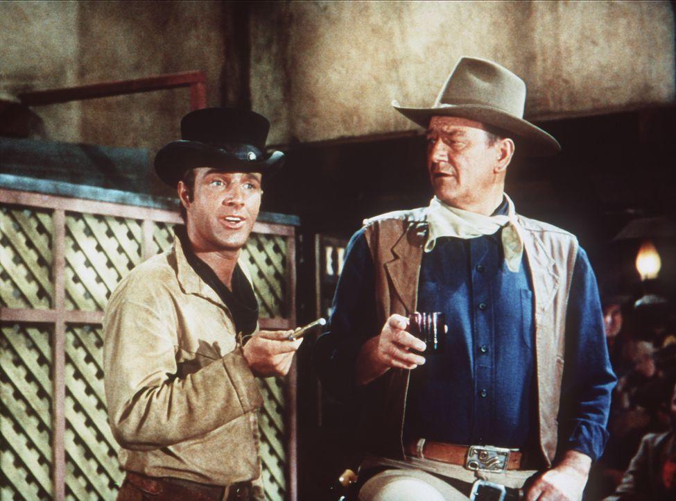 Als Cole Thornton (John Wayne, r.) gegen Jasons verbrecherische Bande kämpft, eilt ihm der Messerwerfer Mississippi (James Caan, l.) zu Hilfe ... - Bildquelle: Paramount Pictures