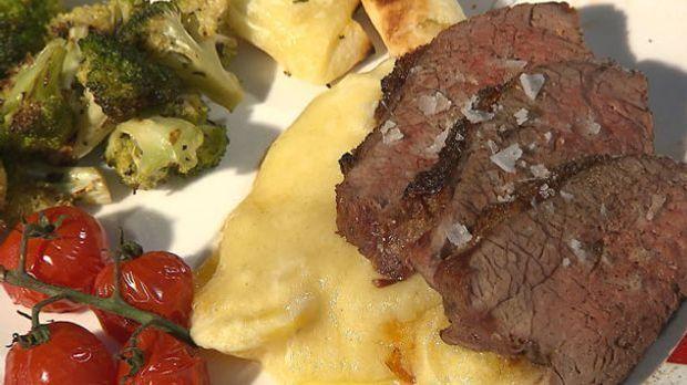 Tri-Tip-(Tafelspitz)-mit-Strohkartoffeln,-Onionrings-und-Schmortomaten