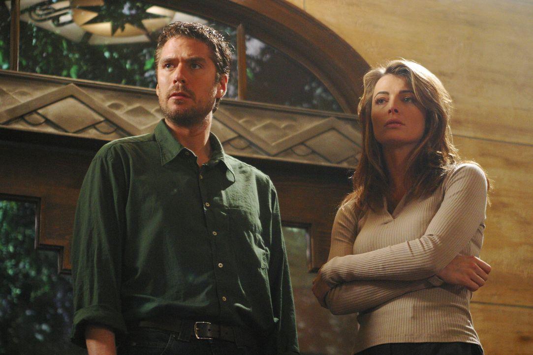 Wesley (Alexis Denisof, l.) und Lilah (Stephanie Romanov, r.) verfolgen eine heiße Spur ... - Bildquelle: The WB Television Network