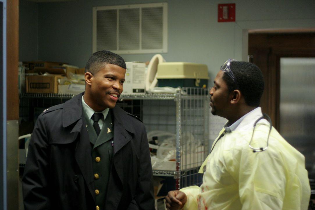 Ein freudiges Wiedersehen im County Hospital: Dr. Michael Gallant (Sharfis Atkins, l.) und Dr. Gregory Pratt (Mekhi Phifer, r.) ... - Bildquelle: WARNER BROS