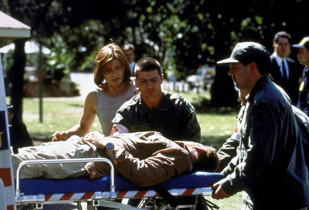 Froh, mit dem Leben davongekommen zu sein: Alex (Mariel Hemingway, l.) und Grant (Doug Savant, liegend) ... - Bildquelle: Columbia TriStar