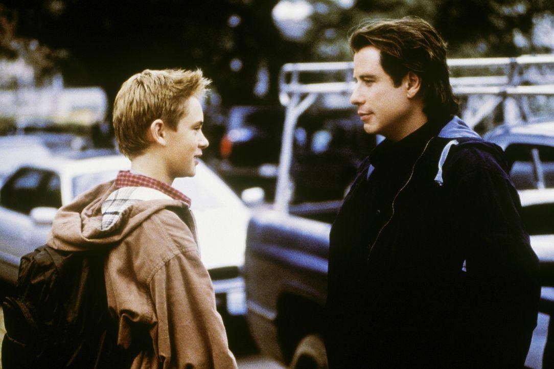 Frank (John Travolta, r.) muss sich nach der Trennung von seiner Frau einem furchtbaren Verdacht stellen: Sein Sohn Danny (Matthew O'Leary, l.) erz - Bildquelle: Paramount Pictures