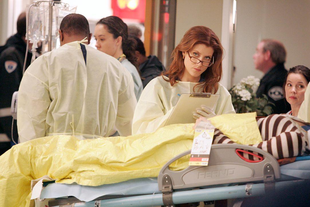 Addison (Kate Walsh) kümmert sich um einen Patienten, der bei dem Fährunglück beteiligt war ... - Bildquelle: Touchstone Television