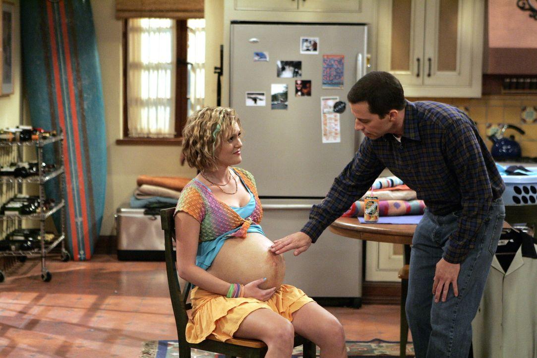 Als Berta ihre Tochter Naomi (Sara Rue, l.) zu Charlie mitbringt, damit sie im Haushalt hilft, hat sie nicht geahnt, dass Alan (Jon Cryer, r.) sich... - Bildquelle: Warner Brothers Entertainment Inc.