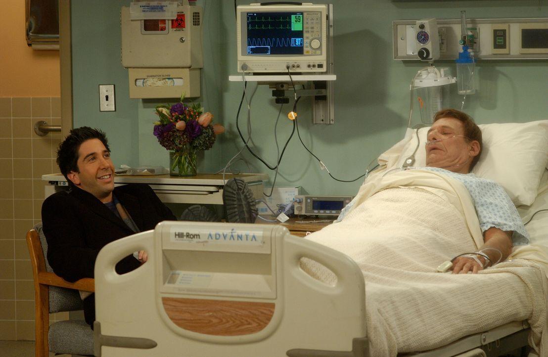 Während des Krankenhausbesuches bei Rachels Vater (Ron Liebman, r.) entdeckt Ross (David Schwimmer, l.) eine besondere Art, sich die Langeweile zu v... - Bildquelle: 2003 Warner Brothers International Television