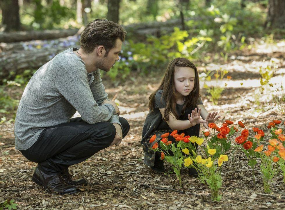 Nach fünf Jahren Trennung versucht Klaus (Joseph Morgan, l.), endlich eine Bindung zu seiner Tochter Hope (Summer Fontana, r.) aufzubauen und erkenn... - Bildquelle: 2016 Warner Brothers