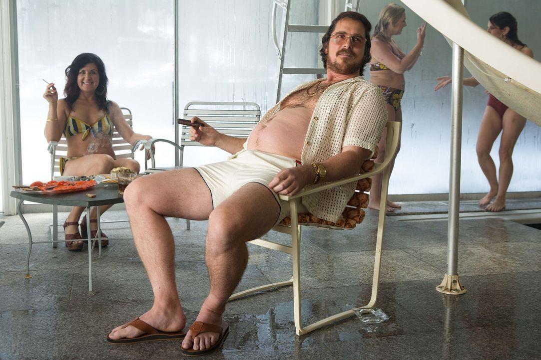 Wahrlich keine Schönheit, dennoch scheint der Wäschereibesitzer und Kreditbetrüger Irving Rosenfeld (Christian Bale, r.) schöne Frauen anzuziehen. A... - Bildquelle: TOBIS TFILM