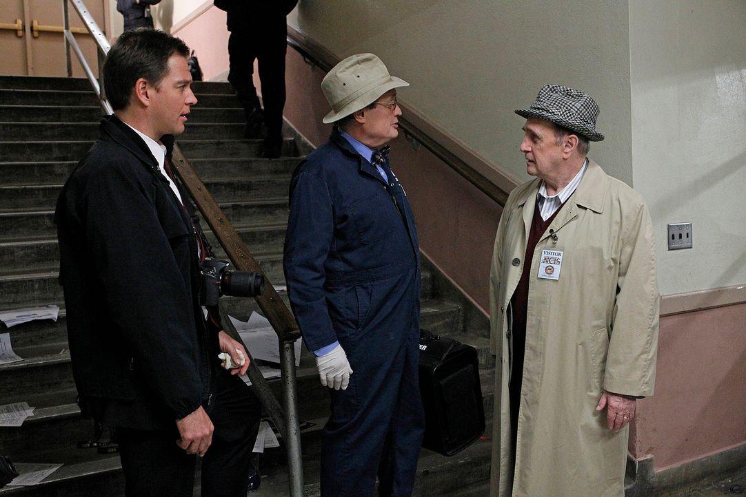 Während Gibbs, DiNozzo (Michael Weatherly, l.) und das restliche Team den Fall von einem brutal ermordeten homosexuellen Marine-Offizier untersuchen... - Bildquelle: CBS Television