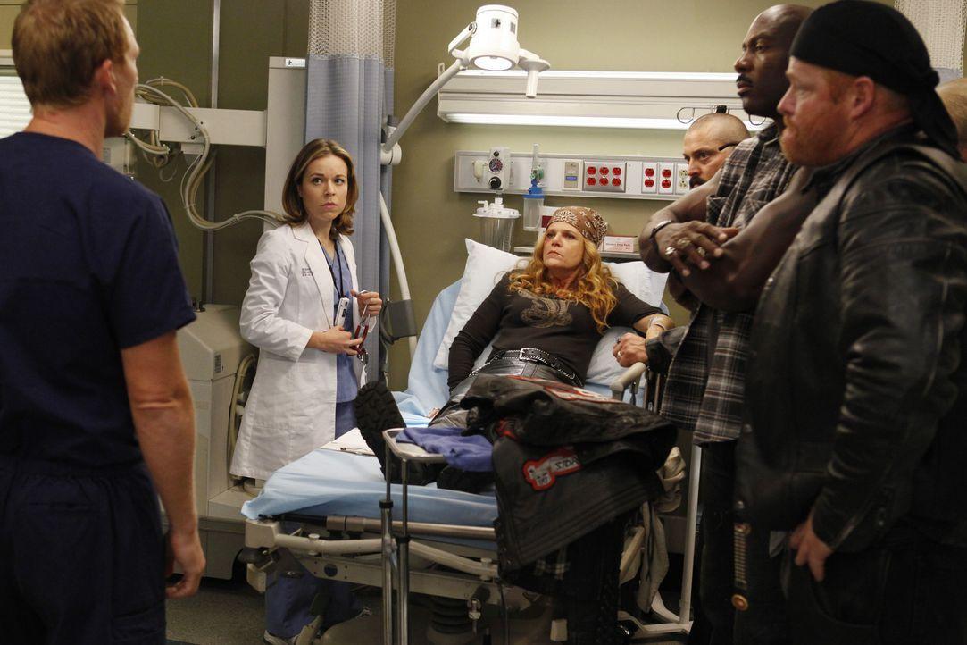 Owen (Kevin McKidd, l.) und Heather (Tina Majorino, 2.v.l.) kümmern sich um Emily 'Gasoline' Bennett (Dale Dickey, 3.v.l.), die nach einem Motorradu... - Bildquelle: ABC Studios