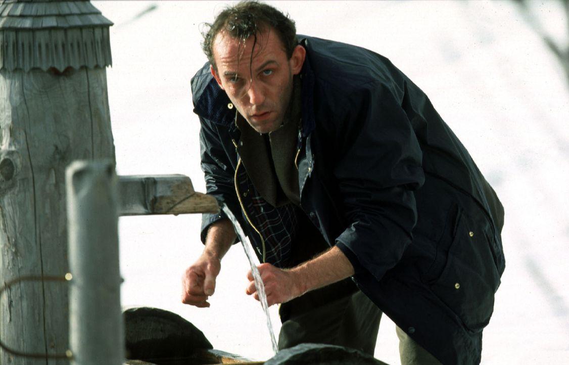 Endlich hat Stockinger (Karl Markovics) eine Spur des flüchtigen Peter Gschiel gefunden. - Bildquelle: Hermann Huber Sat.1