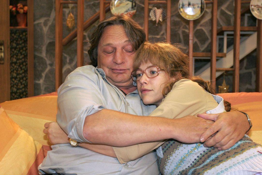 Lisa (Alexandra Neldel, r.) hadert mit der neuen Verantwortung und wird von ihrem Vater Bernd (Volker Herold, l.) getröstet. - Bildquelle: Noreen Flynn Sat.1