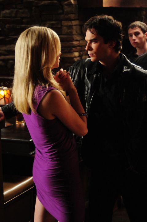 Noch ahnt Caroline (Candice Accola, l.) nicht, dass Damon (Ian Somerhalder, r.) sie die Party nicht grundlos hat organisieren lassen ... - Bildquelle: Warner Brothers