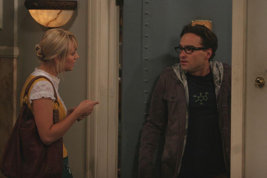 Penny (Kaley Cuoco, l.) bittet Leonard (Johnny Galecki, r.) und Sheldon um Hilfe. Doch leider geht der Plan nach hinten los und ihre Freundschaft st... - Bildquelle: Warner Bros. Television