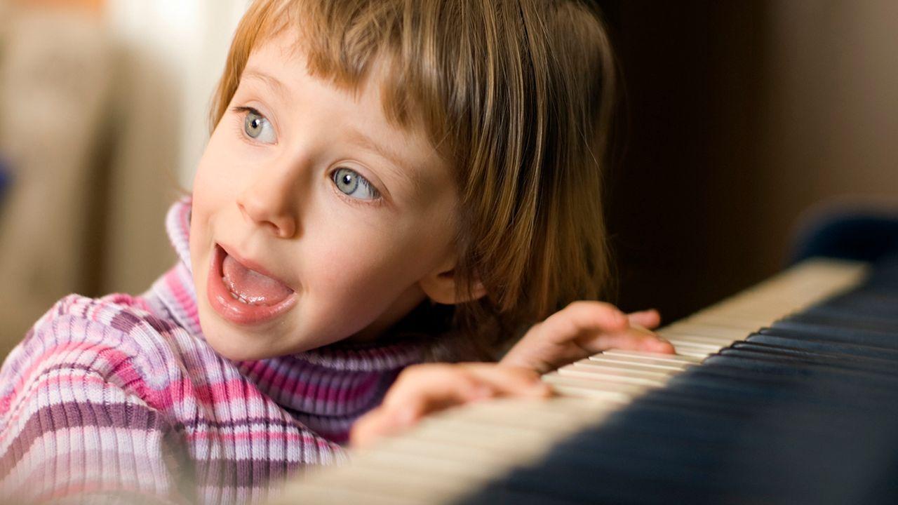 Kind-an-Klavier-istockphoto - Bildquelle: iStockphoto