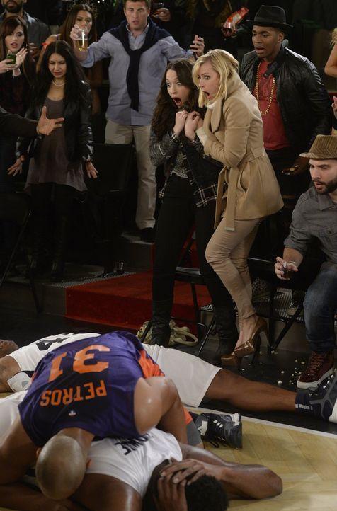 Bei einem Basketballspiel, das sie eigentlich zu Promozwecken nutzen wollten, sorgen Caroline (Beth Behrs, r.) und Max (Kat Dennings, l.) gehörig fü... - Bildquelle: 2015 Warner Brothers