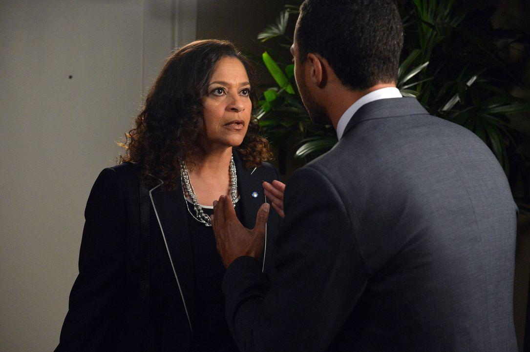 Während Julia Mark bittet, mit ihr eine Familie zu gründen, haben Jackson (Jesse Williams, r.) und seine Mutter Catherine (Debbie Allen, l.) eine kl... - Bildquelle: Touchstone Television